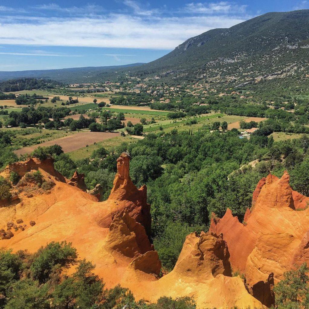 Una faticaccia per salire sulla cima della collina e poi all'improvviso lui, il Colorado Provenzale, che alla semplice vista ti ripaga di tutto quanto affrontato per arrivarci