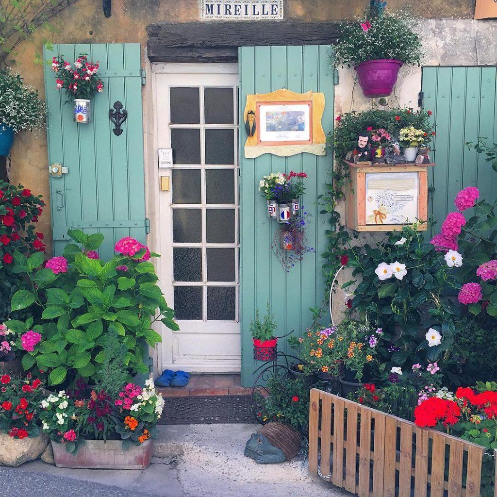 Saignon e' un delizioso piccolo borgo arroccato sulle montagne del Luberon: porticine azzurre, fiori, fontane e casette di pietra che si scaldano al sole. Bellissimo